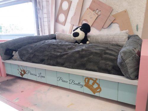 MEDIUM ROYAL PET BED WITH FREE BEDDING